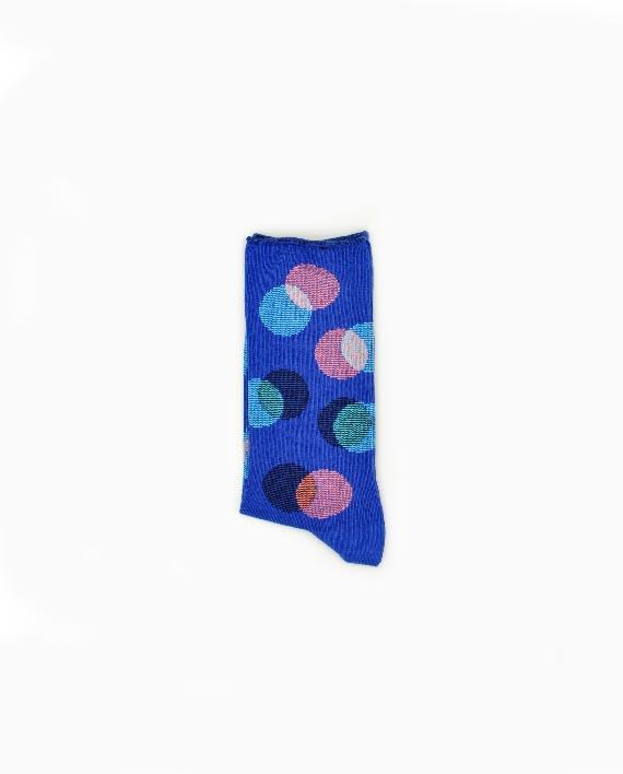 Socken in leuchtendem Blau mit Muster aus sich überlappenden Kreisen