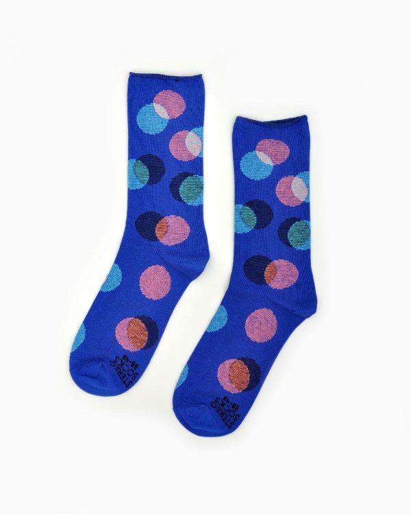 Socken in knalligem Blau mit Punkten