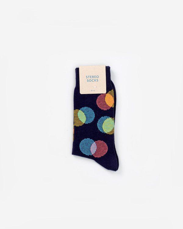 Dunkle Socken mit farbigen Punkten in Verpackung