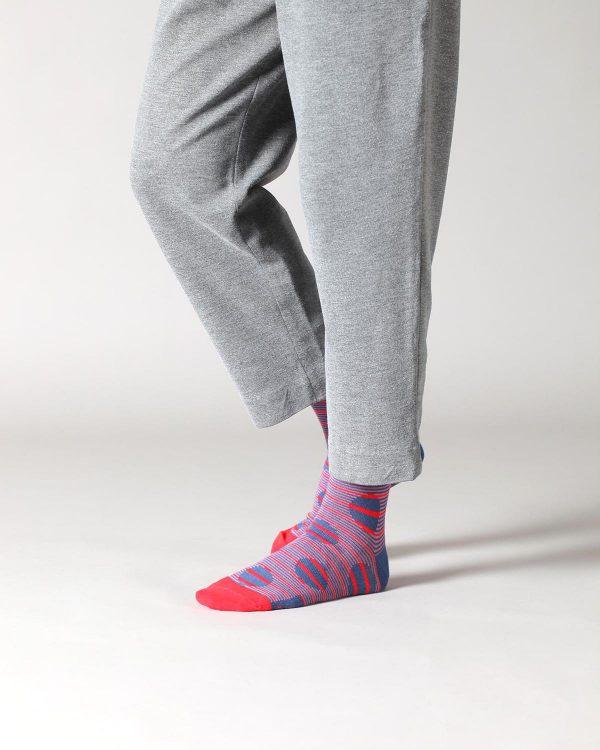 Socken mit Streifenmuster über Kreisen