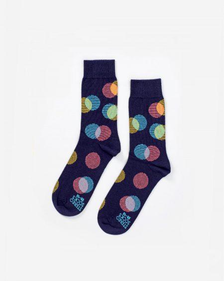 Socken in Dunkelblau mit sich überlappenden farbigen Kreisen