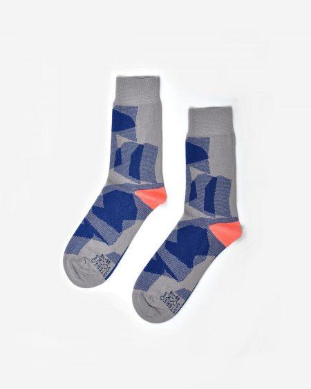 Graue Socken mit grafischem blauen Muster und Ferse in Kontrastfarbe