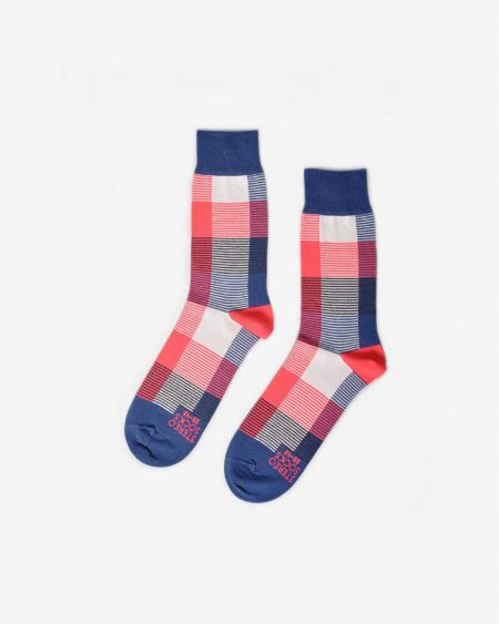 Socken mit grossflächigem Karomuster in Korallenrot und Blau