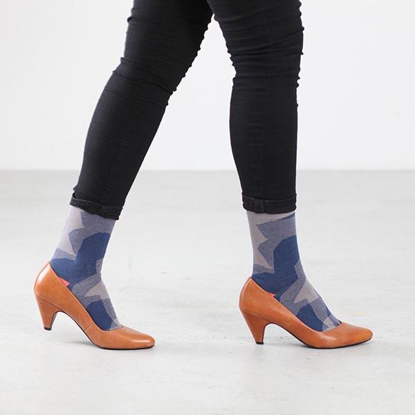 Farbige Socken in High-Heels