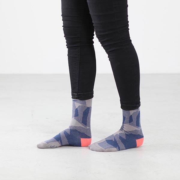 Schraffiert gestaltete Socken
