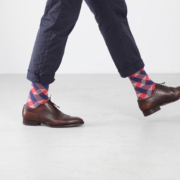 Socken mit geometrischem Muster in klassischen Herrenschuhen